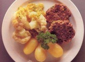 Kalafior-ze-Zrumienioną-Tartą-Bułką-Frykadelkami-i-Ziemniakami-z-Wody