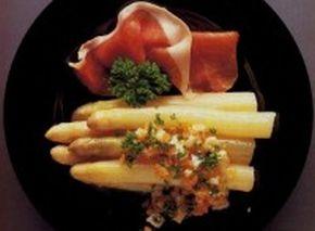 Szparagi-Z-Szynką-i-Masłem-Pietruszkowym