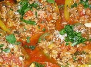 papryka faszerowana mięsem w sosie pomidorowym
